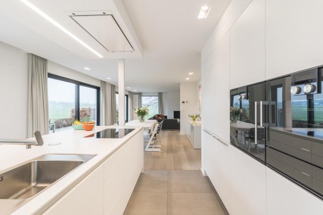 Interieurfotografie van een strakke witte keuken