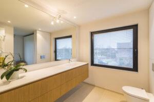 Vastgoedfoto's: een opgeruimde badkamer