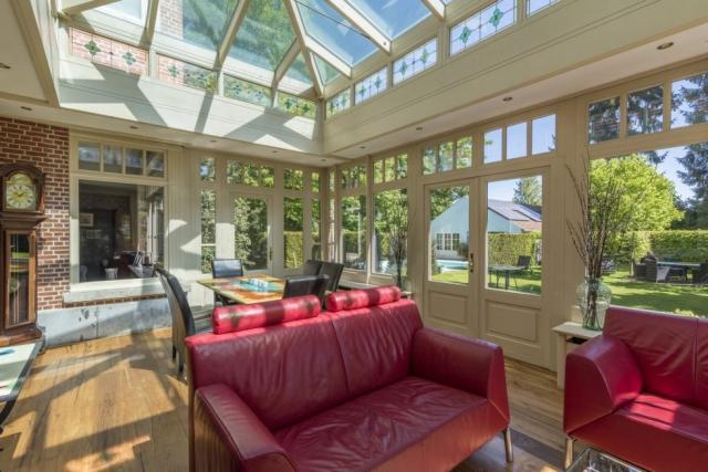 Veranda in villa met veel licht en kleur