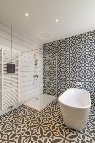 Badkamer met moderne tegels