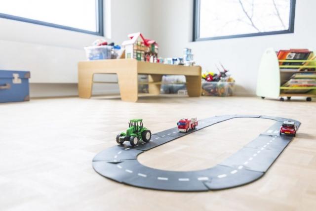 Detail speelkamer met autoracebaan